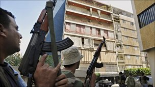 Gunmen from the Amal movement prepare to take a building occupied by government supporters (9 May 2008)