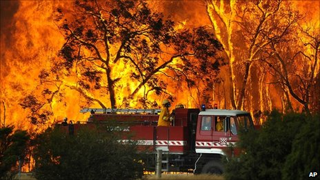 A fire engine moves away from a bushfire in the Bunyip Sate Forest near the township of Tonimbuk (7 February 2009)