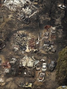 Burnt-out houses and cars in Kinglake (8 February 2009)