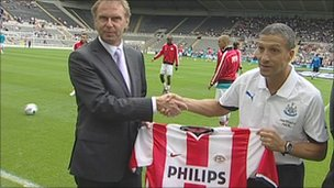 Stan Valckx presenting United manager Chris Hughton with Valckx's shirt