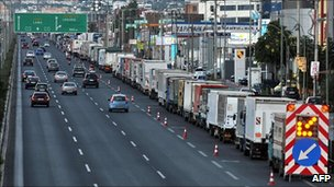 Trucks left by striking truckers stand on the Athens-Thessaloniki road (29 July 2010)