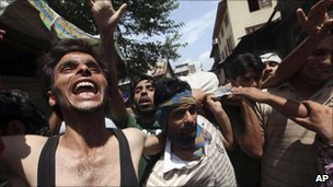 A body is carried by mourners in Pampore (1 August 2010)