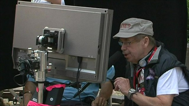 Vaclav Havel viewing a monitor