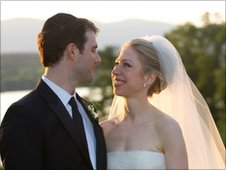 Marc Mezvinsky and Chelsea Clinton pose during their wedding