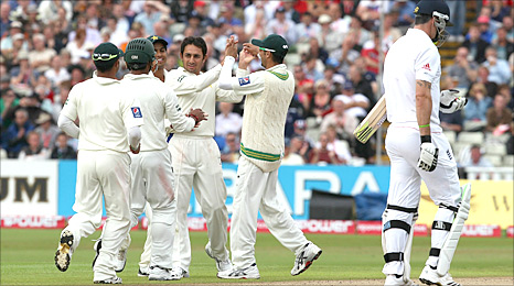 Saeed Ajmal dismisses Kevin Pietersen