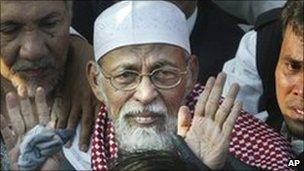 Abu Bakar Ba'asyir exiting Cipinang Jail on 14 June 2006 after 26 months in jail, Indonesia