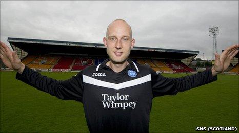 Goalkeeper Peter Enckelman has agreed a move to St Johnstone