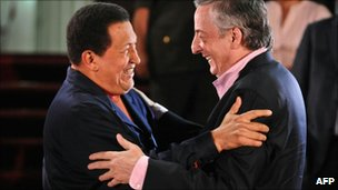 Hugo Chavez (L) greets Unasur&#039;s Nestor Kirchner in Caracas, 5 August