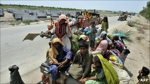 Pakistani flood victims arrive at a tent city near Sukkur, Sindh province (13 August 2010)