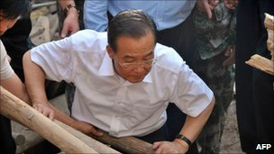 Premier Wen Jiabao looks at debris in landslide-hit Zhouqu county on 9 August 2010