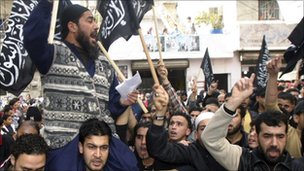 Abdul Rahman Awad (l) lleva el canto en una manifestación en el sur del Líbano (foto de archivo sin fecha)
