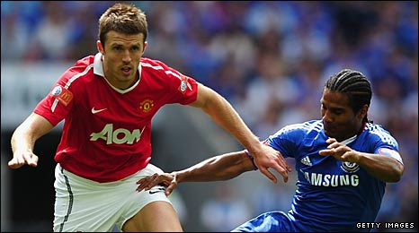 Carrick takes on Florent Malouda in the Community Shield