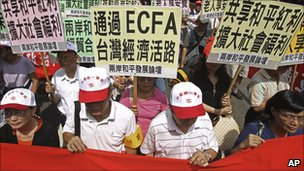 Supporters of the ECFA rally with placards that read &quot;ECFA will save Taiwan&#039;s Economy&quot;