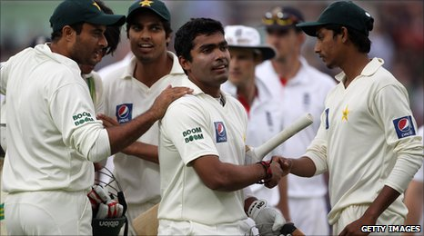 Umar Akmal (centre) held his nerve to hit the winning run