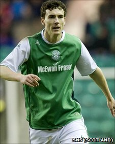 Alan Gow in action for Hibernian
