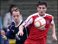 Lee Griffiths (left) and Ross County's Darren McCormack