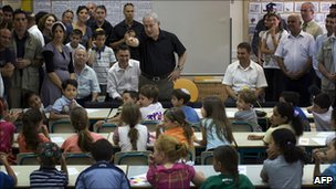 Benjamin Netanyahu talks to Israeli school children (file)