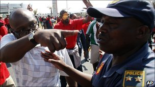 Striker confronts police officer (Photo: Aug 19)