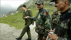 Indian and Chinese soldiers at Nathu La