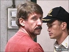Viktor Bout (L) in Thai prison