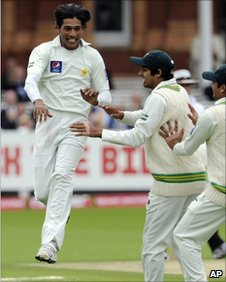 Mohammad Amir (left) celebrates