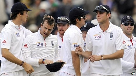 Graeme Swann is congratulated by team-mates