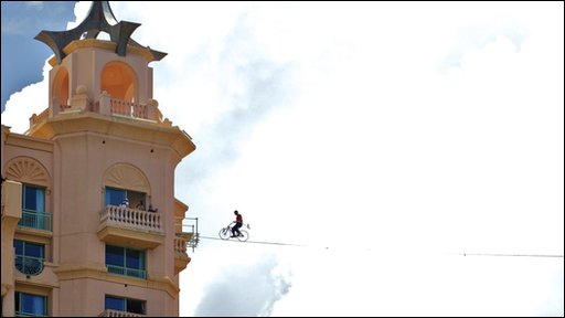 Nik Wallenda's tightrope crossing by bicycle record attempt