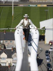 Gokiell !! Olivier Roustan Pecahkan Rekor Berjalan di atas Kawat Setinggi 77m [Foto]