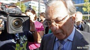 Carlos Cruz, a former top TV presenter, arrives at the court in Lisbon to hear the verdict (3 September 2010)