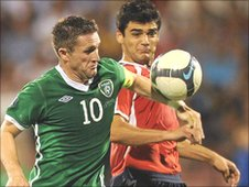 Robbie Keane gets ahead of Robert Arzumanyan in the qualifier