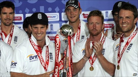 Andrew Strauss receives the series trophy