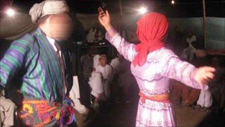 http://news.bbcimg.co.uk/media/images/49018000/jpg/_49018303_dancing464.jpg