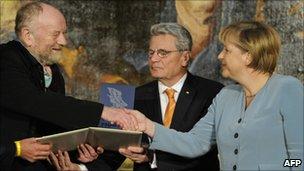 Kurt Westergaard (left) with Chancellor Merkel and German politician Joachim Gauck (centre)