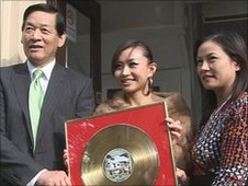 Ayi Jihu with her gold disc