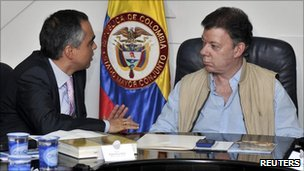 Colombian Defence Minister Rodrigo Rivera (L) speaks with President Juan Manuel Santos (10 September 2010)
