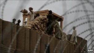 Afghan labourers help reinforce a US base in Kandahar (5 August 2010)