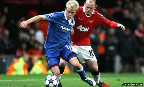 Steven Naismith holds off Wayne Rooney