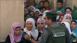 Palestinian women queue to cross a checkpoint in Bethlehem, West Bank (3 Sept 2010)