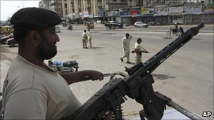 Paramilitary police patrol the streets of Karachi (17 September 2010)