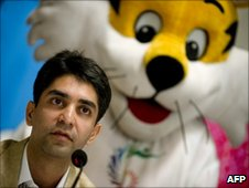 Abhinav Bindra, in front of the Commonwealth Games mascot