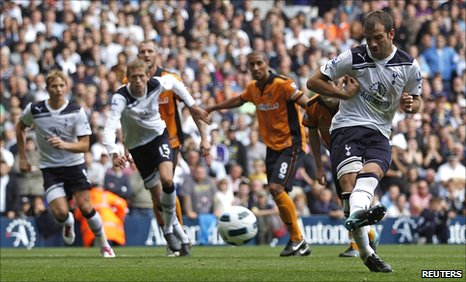 Rafael Van der Vaart scores from the spot