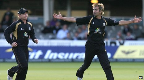 Ian Bell (l) and Imran Tahir)