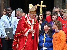 Pope Benedict XVI with representatives of young Catholics on the steps