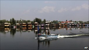 Paramilitary soldiers patrol Dal Lake
