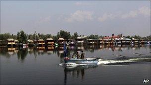 Paramilitary soldiers patrol Dal Lake