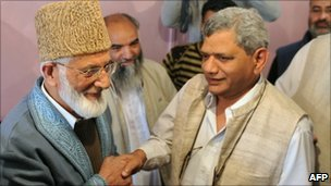 Syed Ali Shah Geelani (L) meets Indian MPs in Srinagar on 20 September 2010