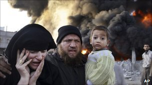 Palestinians flee from an Israeli air strike in Gaza, Dec 2008