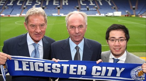 (l to r) Leicester City chairman Milan Mandaric, new manager Sven-Goran Eriksson and club owner Aiyawatt Raksriaksorn