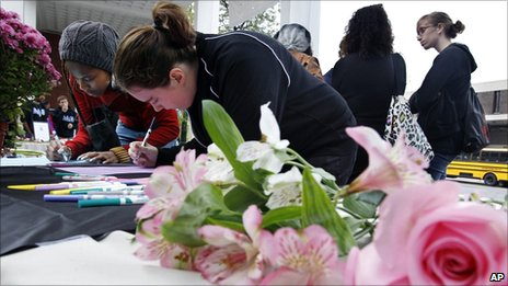 Rutgers University students sign condolence cards at Rutgers in New Brunswick, NJ, for the family of fellow student Tyler Clementi on 1 October 2010
