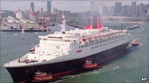QE2 leaving New York